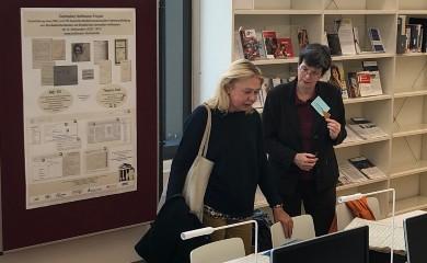 Gabriele Buschmeier mit Irmlind Capelle bei der Besichtigung der Projektstrasse während der Tagung der Gesellschaft für Musikforschung am 25. September 2019 in Detmold.